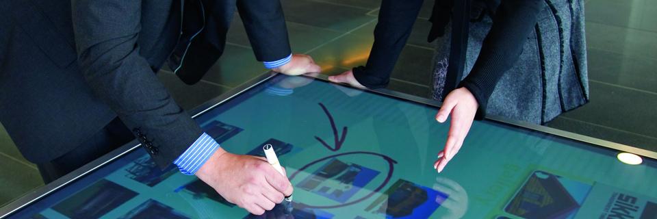 Interaktive Whiteboards und digitale Tafeln machen das Arbeiten in einem digitalen Projekt wesentlich einfacher. Interaktive Präsentationsmedien können in der Regel parallel bedient werden und integrieren allen Medientypen in Ihr Projekt. Für die stilsichere Visualisierung Ihrer Projektdaten sind interaktive Whiteboards oder digitale Tafeln ideal geeignet.