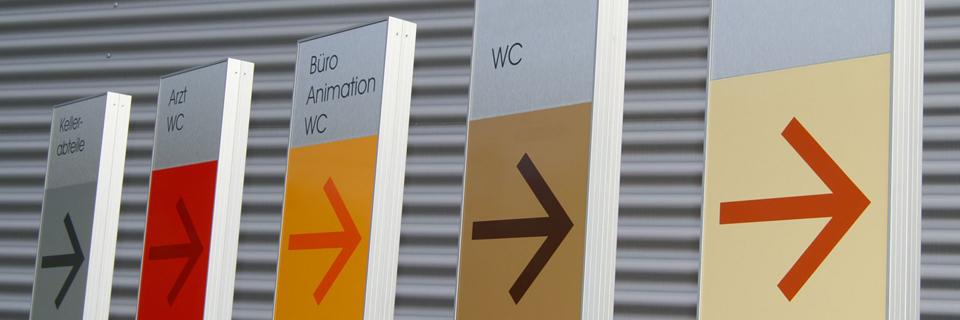 Orientierungssysteme dienen vor allem dazu, die Wege Ihrer Besucher frühzeitig planbar zu machen. Innenleitsysteme werden dazu eingesetzt, Ihren Besuchern eine detaillierte Orientierung in Ihrem Gebäude zu ermöglichen.