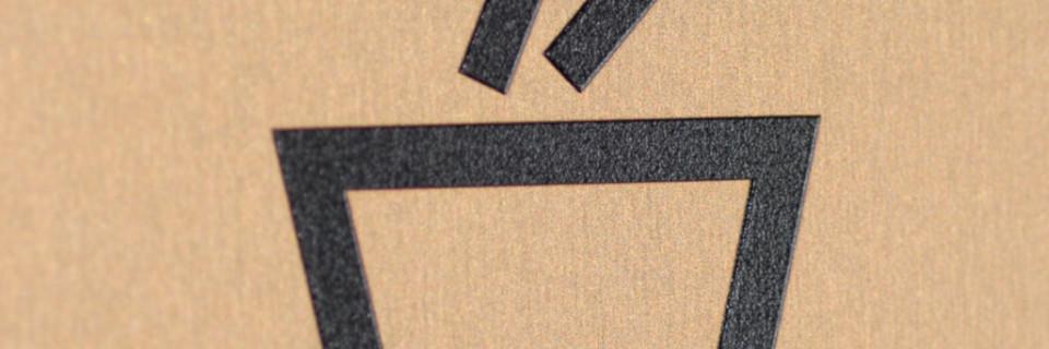 Taktile graphische Symbole. Taktile graphische Symbole, wie für WC Herren oder WC Damen müssen um erkennbar zu sein größer als 75 mm ausgeführt werden. Auch graphische Symbole wie das Rollstuhl-Symbol dürfen das Mindestmaße von 75 mm nicht unterschreiten. Alle Piktogramme sind immer durch Braille- und/oder erhabene Pyramidenschrift zu ergänzen. taktilPlan: Barrierefreie Leitsysteme, Taktile Informationssyteme, Wegeleitsysteme für Blinde. Foto: InForm, taktilPlan: Taktile Informationssysteme & Wegeleitsysteme.